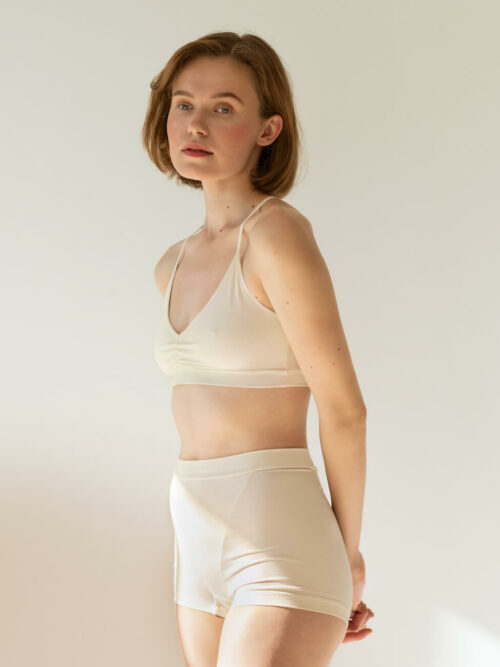 Off-white high-waisted boxers made of organic cotton